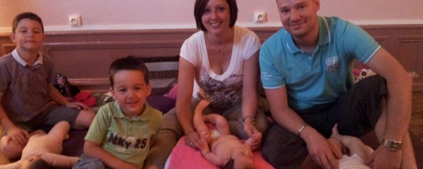 Un cours de massage pour bébé en famille